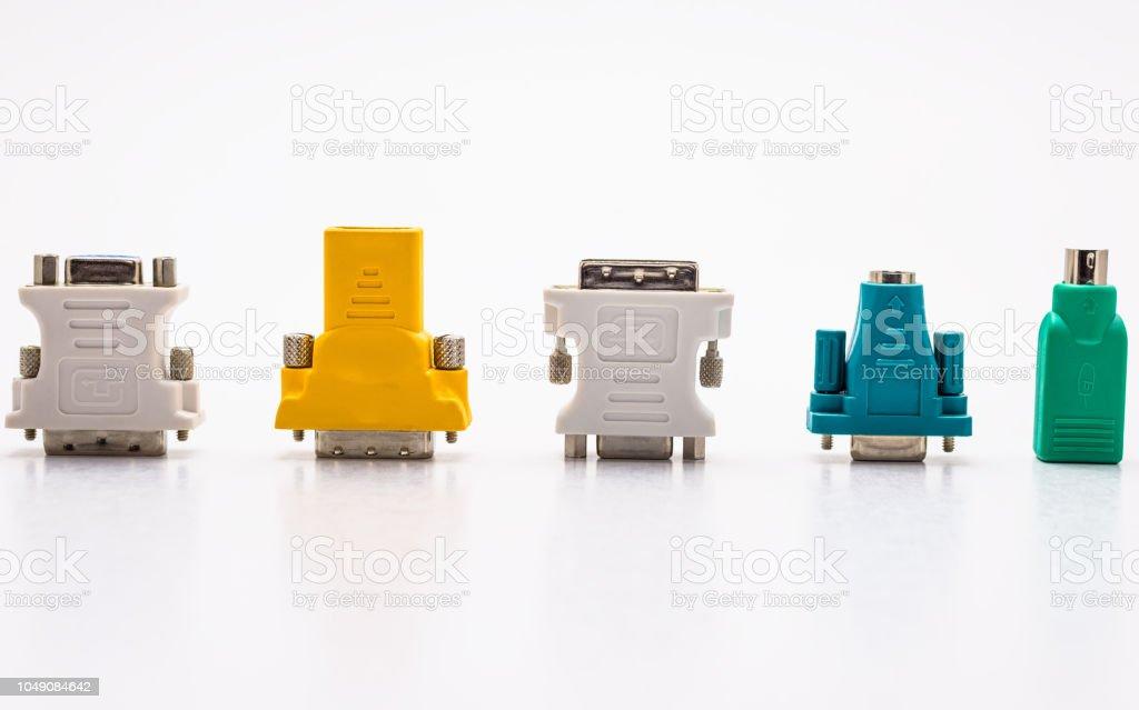 Video-Adapter für den Computer und Adapter für Maus und Tastatur. Isoliert auf einem weißen Hintergrund mit einem Beschneidungspfad. – Foto
