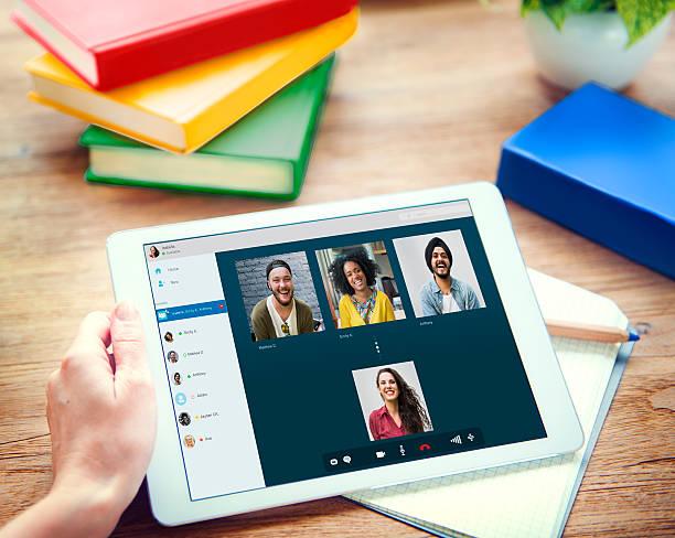 видео звонок через facetime поболтать коммуникации концепция - группа объектов стоковые фото и изображения