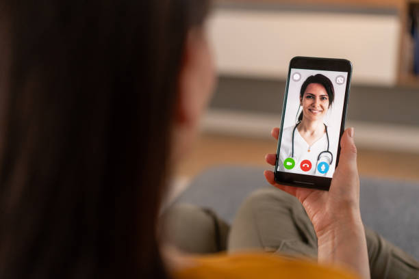 videollamada con el médico - telehealth fotografías e imágenes de stock