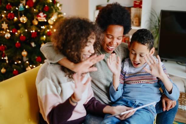 videogesprek met familie op eerste kerstdag tijdens pandemie - christmas family stockfoto's en -beelden