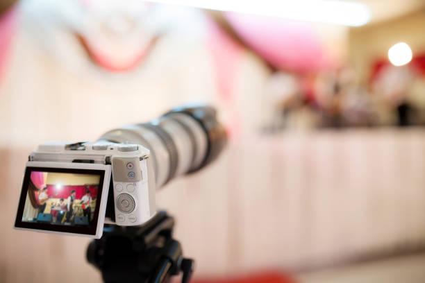 videokamera aufzeichnen die sternstunde in der hochzeitszeremonie.  denken sie daran, den besten moment in der schönste tag in eurem lebenskonzept. - kreativer speicher stock-fotos und bilder