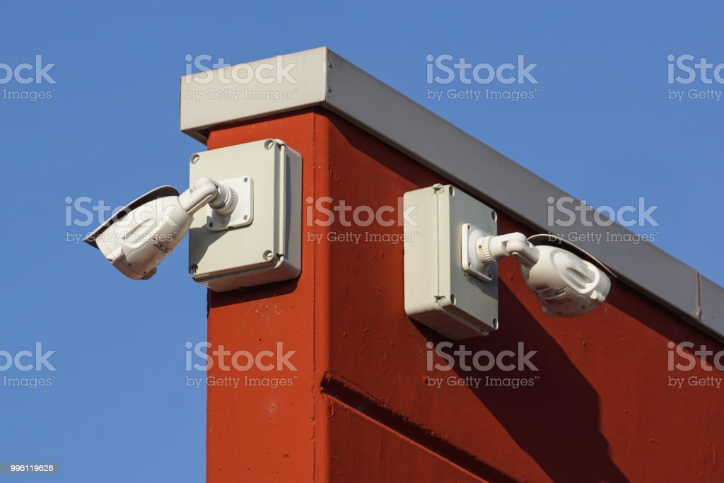 video camera security system on the wall of the building - foto stock