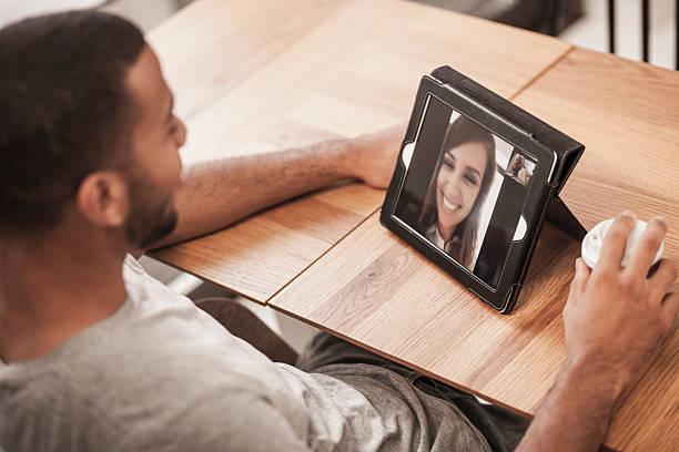 Video-chat in einem Kaffee Shop – Foto