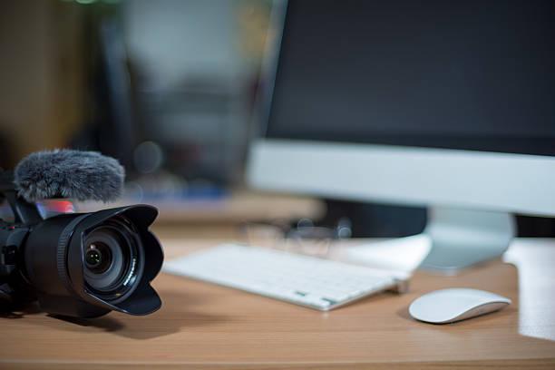 videobearbeitung mit einer video-kamera am arbeitsplatz - postproduktion stock-fotos und bilder
