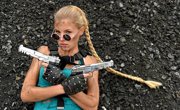 video game girl two - camouflagekleidung mädchen stock-fotos und bilder
