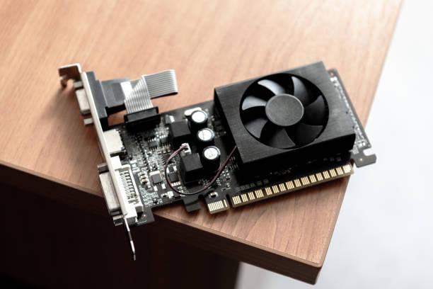 videokarte für desktop. computer-hardware aus der nähe. staubputz-und reparaturplatten. - bergmann uhren stock-fotos und bilder
