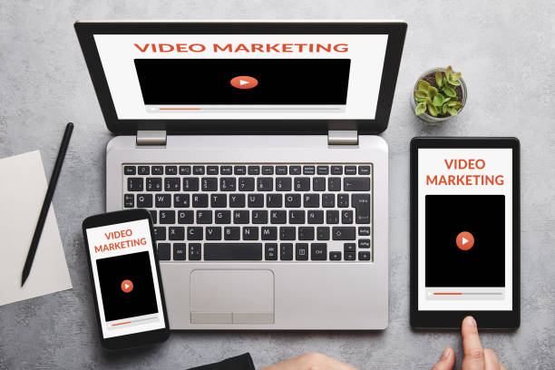 Video-Marketing-Konzept auf Laptop, Tablet und Smartphone-Bildschirm – Foto