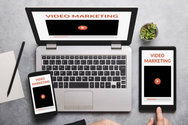 video-marketing-konzept auf laptop, tablet und smartphone-bildschirm - tablet mit displayinhalt stock-fotos und bilder