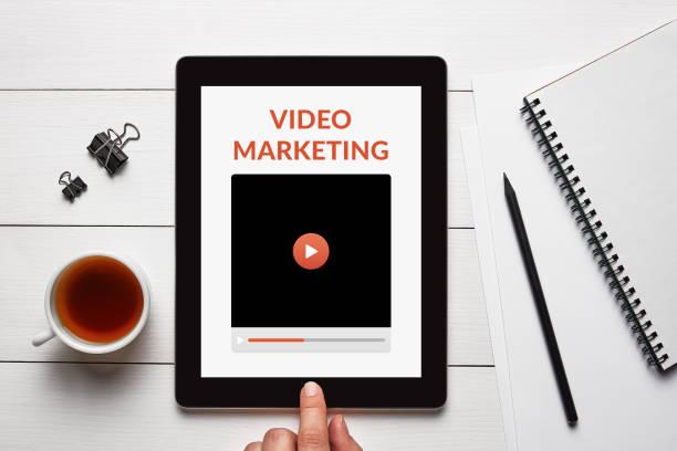 video-marketing-konzept auf tablet-bildschirm - tablet mit displayinhalt stock-fotos und bilder