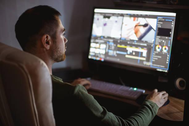 videomontager montiert video am desktop. heimarbeitsplatz - bildeffekt stock-fotos und bilder