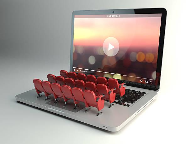 video-app oder heimkino-konzept. laptop und sitzplätze - film oder fernsehvorführung stock-fotos und bilder