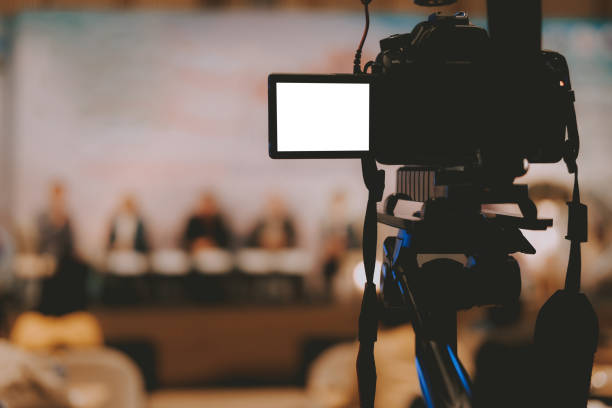 Video-Produktionskamera mit Live-Event auf der Bühne. Seminarkonferenz für social Media Broadcasting – Foto