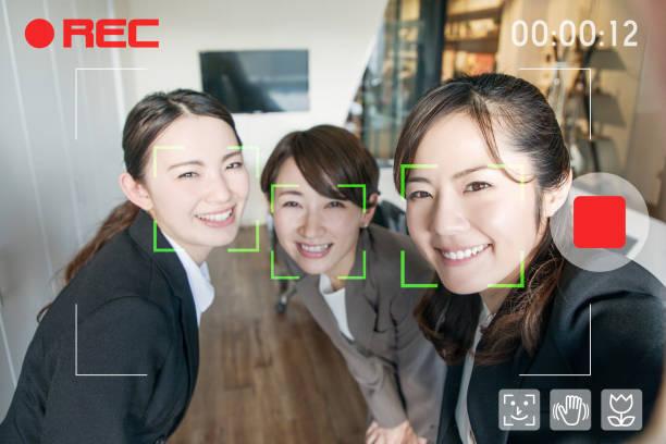 ビデオの selfie。ビデオカメラの顔認識システム。携帯電話のカメラのアプリのインターフェイス。 - 社内パーティ ストックフォトと画像