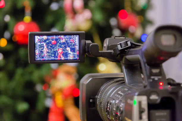 videodreh in der silvester event. camcorder mit lcd-display - weihnachts video stock-fotos und bilder