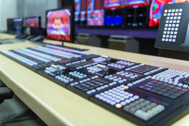 video switcher av tv-sändning med suddig bakgrund, arbetar med video och ljud mixer, kontroll sändningar i inspelnings studio - audioutrustning bildbanksfoton och bilder