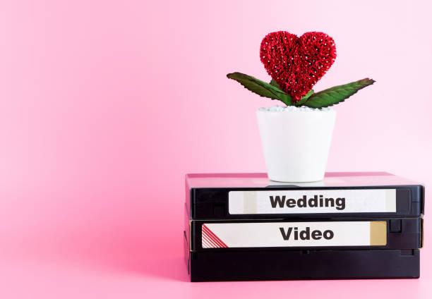 video-tape für hochzeitsvideo mit liebe blumen und rosa textfreiraum - wedding photography and videography stock-fotos und bilder