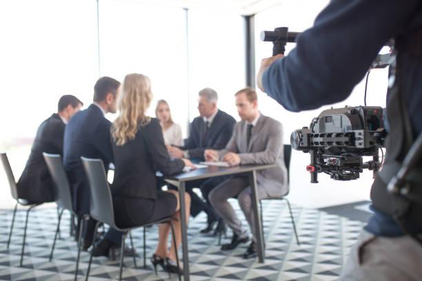 Videografin filmt Geschäftstreffen – Foto