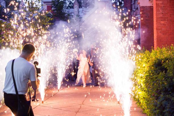 videofilmer ist schießen bridal event in den fireworks - wedding photography and videography stock-fotos und bilder