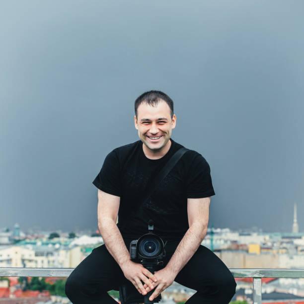 kameramann auf dem dach - wedding photography and videography stock-fotos und bilder