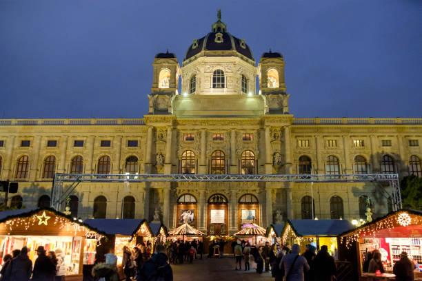 weihnachten, das kunsthistorische museum im maria-theresien-platz - austria wien - kunsthistorisches museum wien stock-fotos und bilder