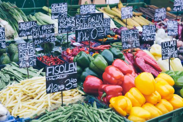 vienna-marktstände - naschmarkt stock-fotos und bilder