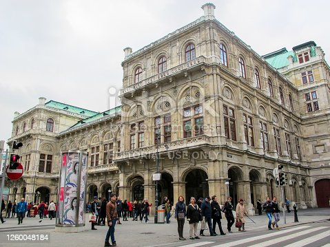In October 2014, tourists could admire the architecture of the Opera House in Vienna.