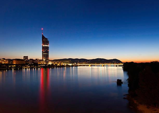 Wien mit der Millennium Tower und der Donau bei Nacht – Foto
