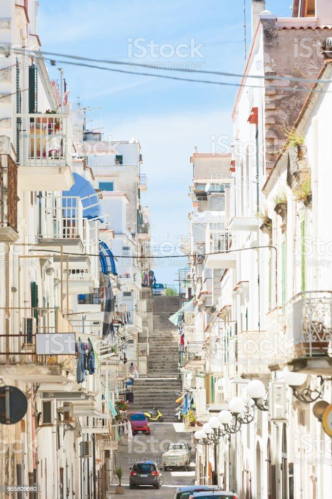 Vieste, Apulien - Balkone und Fassaden der Altstadt – Foto