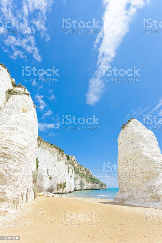 Vieste, Italien - Riese Kreidefelsen am Strand von Vieste – Foto