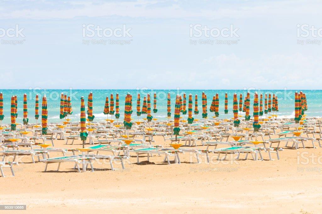 Vieste, Italien - Sonnenschirme am sauberen Strand von Vieste – Foto