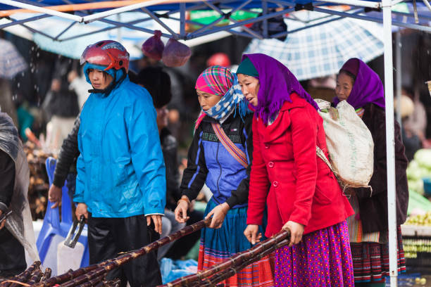 vietnam, sonntagsmarkt von bac ha - plane kaufen stock-fotos und bilder