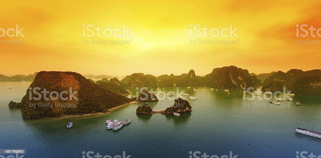 Vietnam Bahía de Halong hermoso paisaje de la puesta del sol - foto de stock