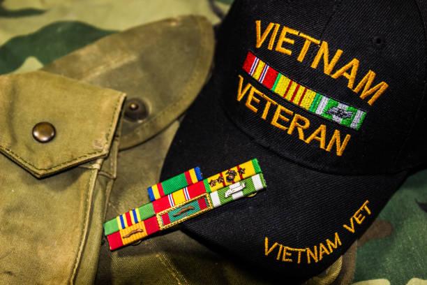 vietnam-veteranen hat, service linten & zakjes - vietnam stockfoto's en -beelden