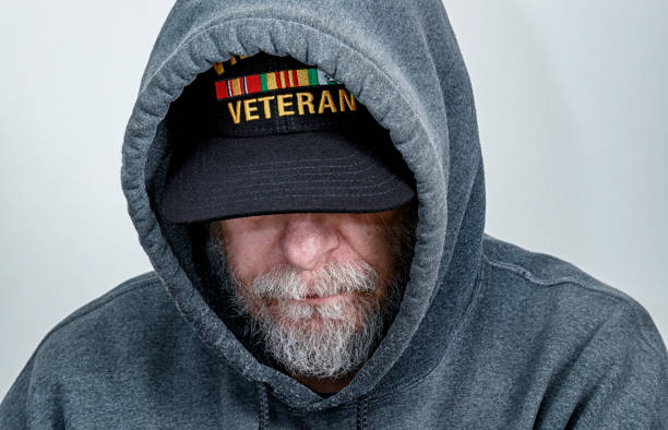 Vietnam-Krieg USA Military Veteran Wearing Hoody Looking Down – Foto