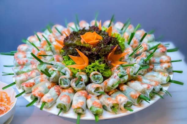 Vietnamesische Frische Frühlingsrollen mit Garnelen, Fleisch, Gemüse mit Fischsauce, vietnamesische Straßenkost – Foto