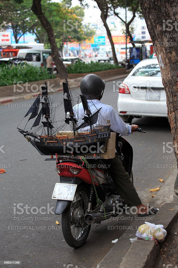 Vietnamese man transport of a ship model on a motorbike Lizenzfreies stock-foto