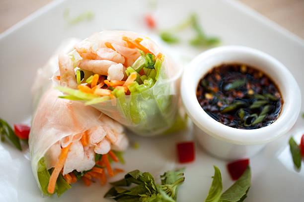 vietnamesische frühlingsrollen - frühlingsrollen stock-fotos und bilder