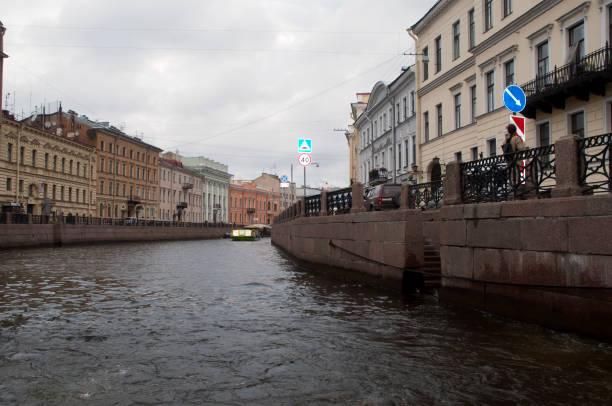 uitzicht langs het kanaal met dijken bekleed met appartementsgebouwen - neva stockfoto's en -beelden