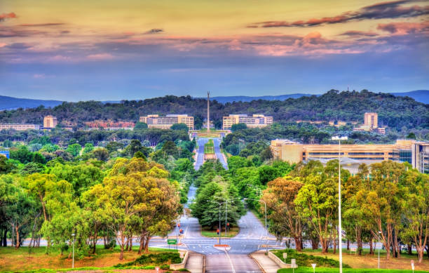 view along kings avenue towards the australian-american memorial in - canberra skyline bildbanksfoton och bilder