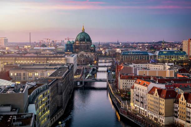 blick entlang der spree auf den berliner dom und die urbane skyline von berlin - nikolaiviertel stock-fotos und bilder