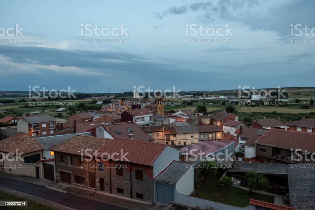 Ve al atardecer de la ciudad y campos en Astorga, España - foto de stock