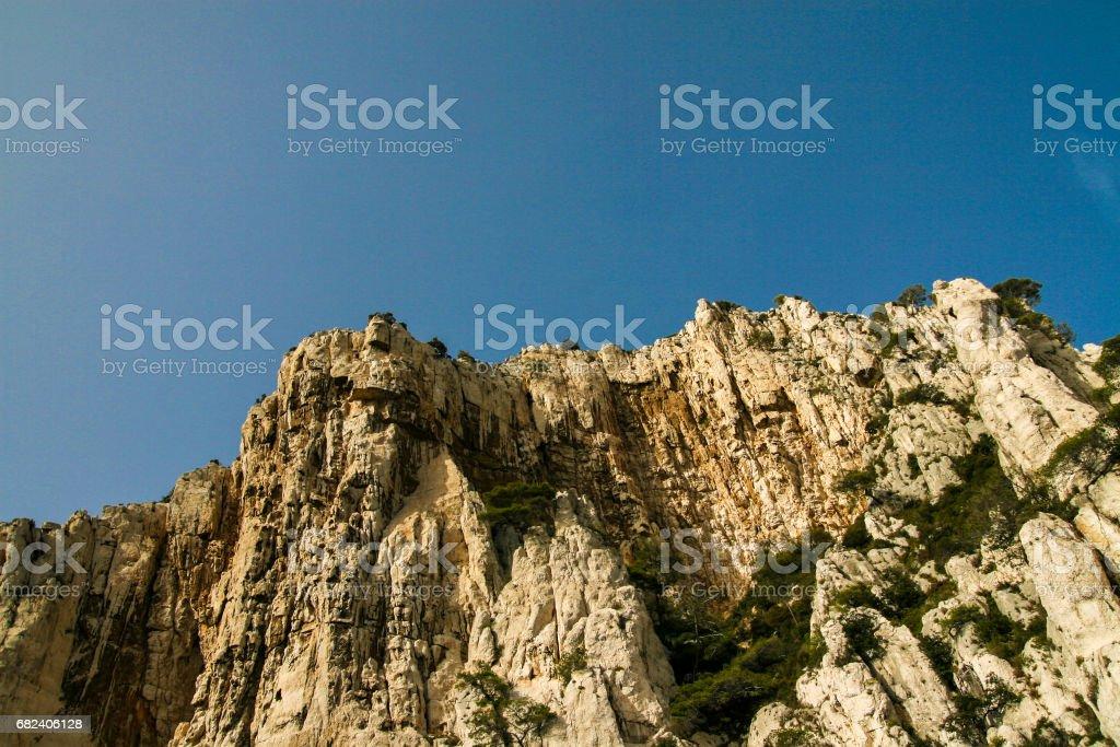 Une vue sur les majestueuses Calanques de Marseille, une formation rocheuse de calcaire sur la mer Méditerranée. photo libre de droits