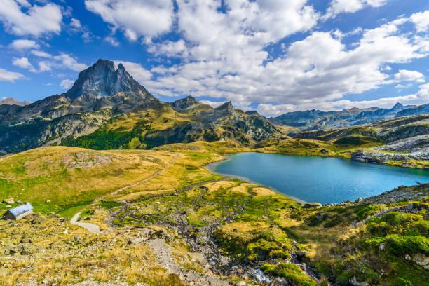 ekim ayında görüldüğü gibi, fransız atlantik pireneleri 'nde ayous-bious vadisi 'nde midi ossau dağı zirvesinde ve roumassot gölü 'nde görünüm. aquitaine, fransa. - bearn stok fotoğraflar ve resimler
