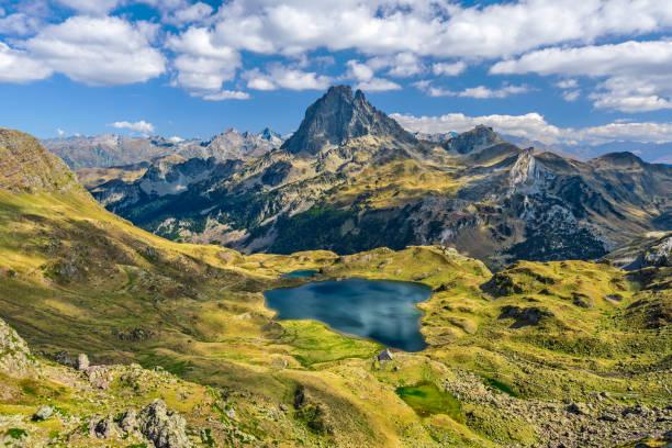 ekim ayında görüldüğü gibi, franch atlantik pireneleri 'ndeki dağ geçişi ayous 'tan ossau vadisi 'ne bakın. gentau gölü, ünlü pireneler zirvesi midi ossau 'nun ön planda yer almaktadır. - bearn stok fotoğraflar ve resimler