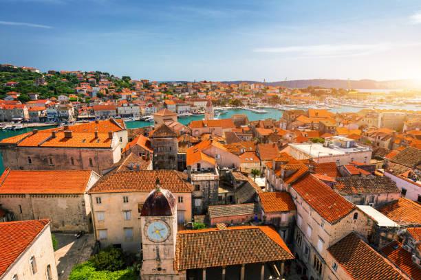 Blick auf die Stadt Trogir, alte touristische Ort in Kroatien Europa. Küsten Blick auf Trogir die Stadt. Herrliche Trogir, Kroatien. Sonnigen venezianischen Altstadt, dalmatinischen Küste in Kroatien. – Foto