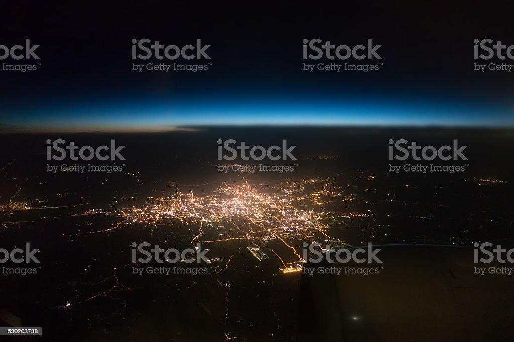 Noche de vista de la ciudad desde la ventana de avión foto de stock libre de derechos