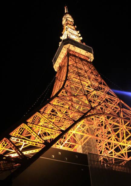 blick hinunter auf der tokyo tower mit beleuchtung - hohe warte stock-fotos und bilder