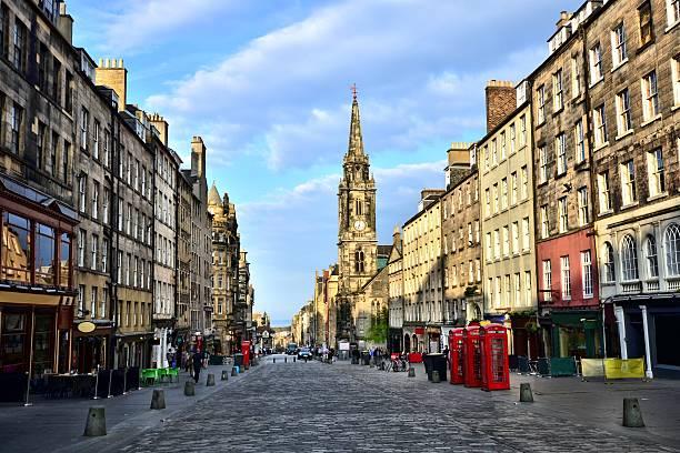 view down the royal mile, edinburgh, scotland - oude stad stockfoto's en -beelden