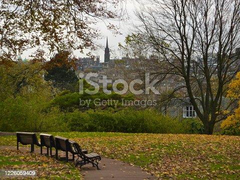 Rincon solitario con vistas a Edimburgo en otoño