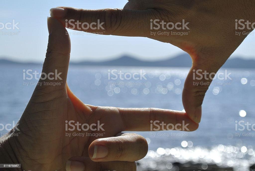 Drehscheiben-Bildbetrachter von Händen mit Blick aufs Meer – Foto